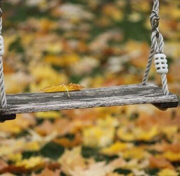 Jak odnowić i zabezpieczyć drewniany plac zabaw?